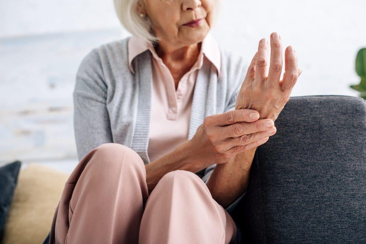 señora con artritis