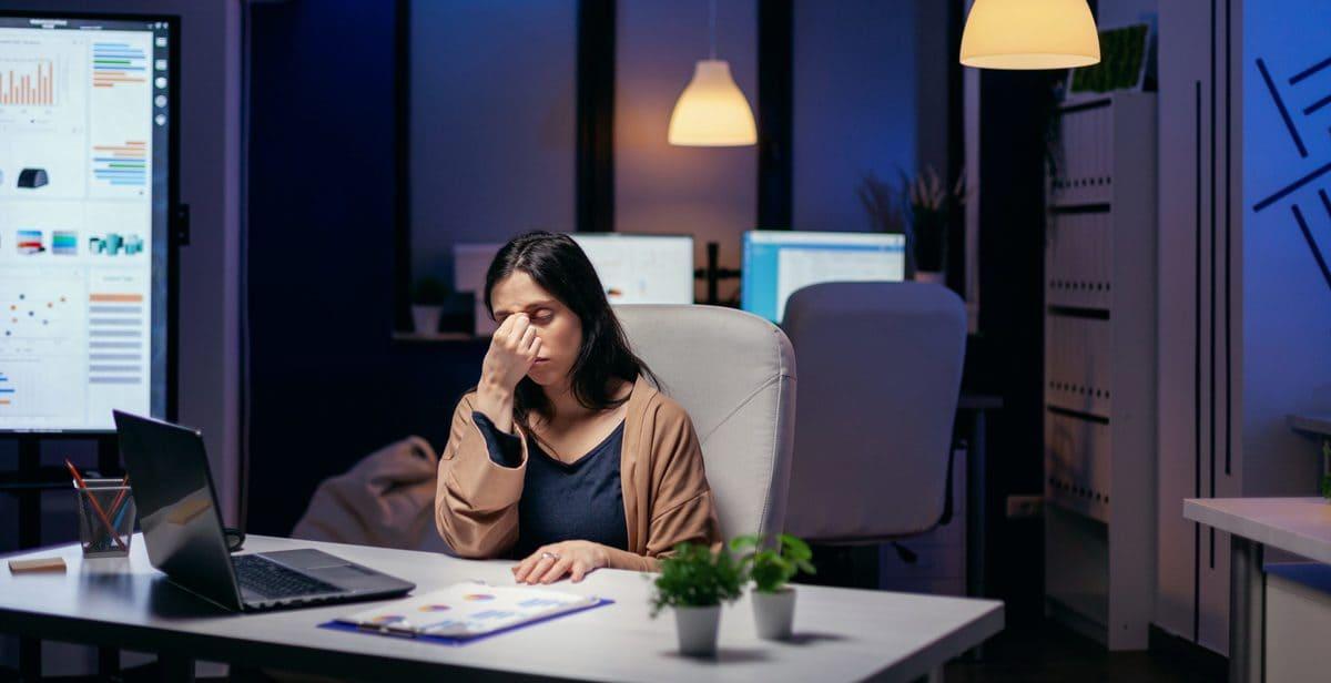 Chica con estrés laboral en el trabajo